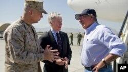 美國國防部長帕內塔(右)正在阿富汗訪問