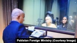 被判刑的印度间谍贾达夫2017年12月25日在巴基斯坦伊斯兰堡与妻子、母亲见面。(巴基斯坦外交部提供)