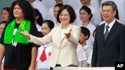 Presiden baru Taiwan, Tsai Ing-wen (tengah) dan Wapres Chen Chien-jen (kanan) pada acara pelantikan hari Jumat (20/5).