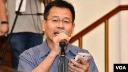 香港大學校友廖振華認為校長張翔只是譴責7-1示威者衝擊立法會的暴力,不同時譴責警方6-12使用過份武力清場,是雙重標準。(美國之音湯惠芸)