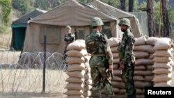 Dua tentara Pakistan berjaga di perbatasan Tatapani, Kashmir, sementara tentara India tampak di seberang perbatasan (foto; dok).
