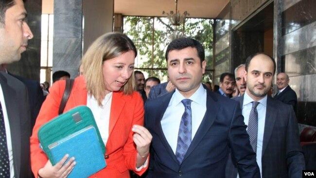 Arşiv- VOA Ankara muhabiri Yıldız Yazıcıoğlu ve Selahattin Demirtaş TBMM koridorlarında
