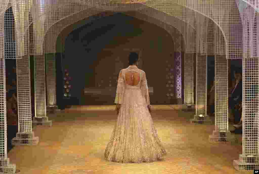 인도 뉴델리에서 열린 인도 쿠튀르 위크에서 여성 모델이타룬 타힐리아니(Tarun Tahiliani)의 의상을 선 보이고 있다.