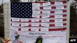 Los nombres de las víctimas están prendidos en una bandera estadounidense en el pueblo de Newtown, Connecticut.
