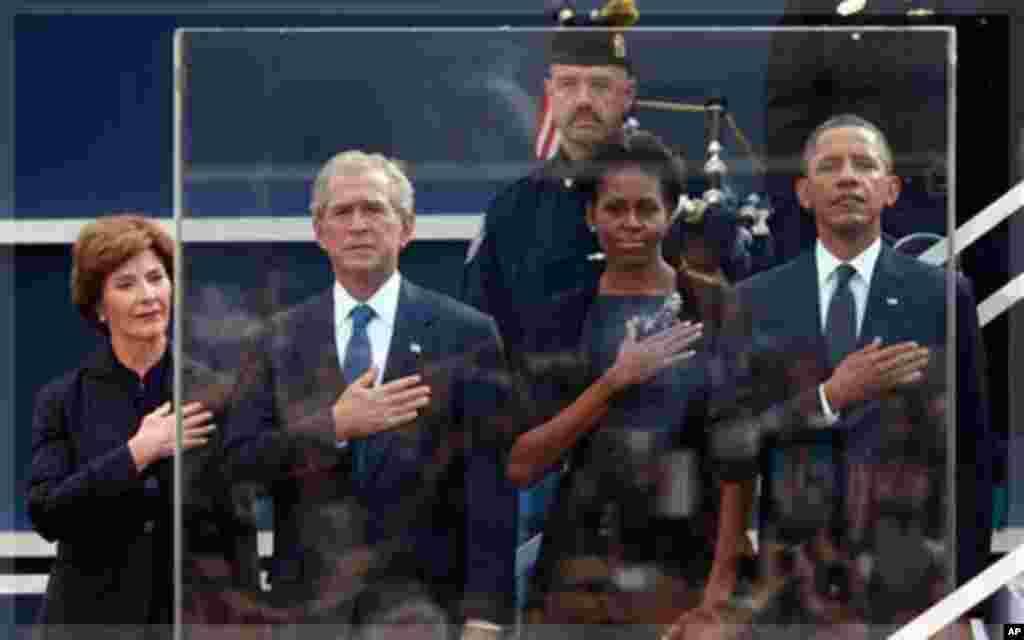 Obama, Bush iyo xaasaskooda oo ku sugan goobta xuska lagu dhigayay ee New York, Sept. 11, 2011, (AP Photo/Jason DeCrow)