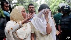 Un proche console Semin Rahman, au visage couvert, dont le fils a disparu lors que lors de la prise d'otages des étrangers dans un restaurant à Dhaka, au Bangladesh, 2 juillet2016. (AP Photo)