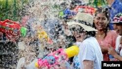Orang yang bersuka ria ikut serta dalam perang air di Festival Songkran untuk merayakan Tahun Baru Thailand di Bangkok, Thailand, 14 April 2017. (Foto: Reuters)