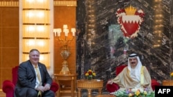 Menteri Luar Negeri AS Mike Pompeo (kiri) bersama Raja Bahrain Hamad bin Isa Al Khalifa (kanan) di ibu kota Manama, 26 Agustus 2020. (Foto: BNA (Bahrain News Agency) / AFP)