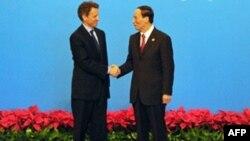 Bộ trường Tài Chính Hoa Kỳ Timothy Geithner (trái) và Phó Thủ tướng Trung Quốc Vương Kỳ Sơn