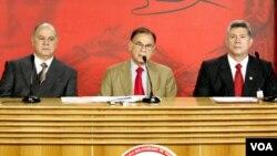 El Presidente del Consejo Bancario Nacional, Víctor Gil, el ministro Ali Rodríguez y el Superintendente de Bancos, Edgar Hernández, en el momento del anuncio.