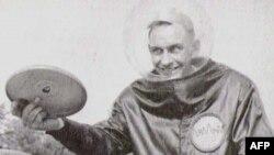 Ông Morrison quảng cáo cho Đĩa Pluto