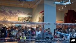 中国民众在军事博物馆参观中国航空母舰模型(资料照片)
