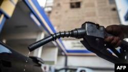 Service de carburant à la pompe au Caire, en Egypte, le 20 juin 2017.