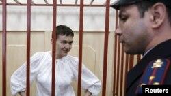 Надежда Савченко (на фото слева)