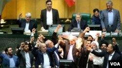 Iranski poslanici pale američke zastave