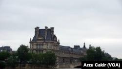 Paris Nefes Almaya Başladı