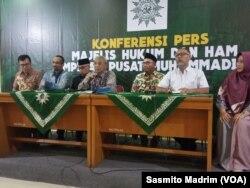 Mantan pimpinan KPK Abraham Samad dan Bambang Widjojanto saat menggelar konferensi pers bersama pengurus PP Muhammadiyah di Jakarta, Rabu, 28 Agustus 2019. (Foto: Sasmito Madrim/VOA)