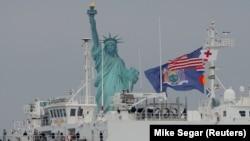 """美國海軍""""安慰號""""醫院船駛入紐約港。(2020年3月30日)"""