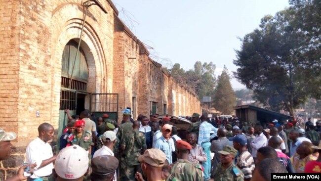 Des badauds s'assemblent devant la prison centrale de Bukavu après une évasion des prisonniers, Sud-Kivu, RDC, 28 juillet 2017. (VOA/Ernest Muhero)