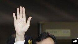 ນາຍົກລັດຖະມົນຕີ Yousuf Raza Gilani ແຫ່ງປາກິສຖານໂບກມື ໃສ່ປະຊາຊົນເວລາເດີນທາງມາຮອດສານສູງສຸດ ໃນກຸງອິສລາມາບັດ ປາກິສຖານ. ວັນທີ 19 ມິຖຸນາ 2012.