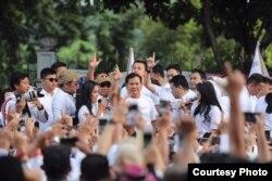 """Capres nomor urut 02 Prabowo Subianto disambut ribuan pendukungnya dalam """"Fun Walk"""" di Jakarta, Sabtu lalu (2/2) (foto: courtesy)."""