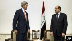 El secretario de Estado, John Kerry, izquierda, se reúne en Bagdad con el primer ministro iraquí, Nouri al-Maliki.