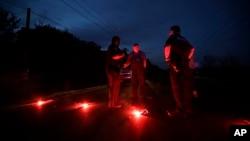 Cảnh sát tại một nút chặn trên đường cách nhà máy hóa chất Arkema Inc., bị rò rỉ tại Crosby, Texas chưa đến 3 dặm, ngày 31/8/2017,