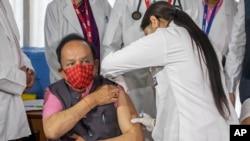 Bộ trưởng Y tế Ấn Độ Harsh Vardhan được tiêm vaccine COVAXIN do công ty Bharat Biotech (Ấn Độ) sản xuất.