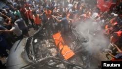 Palestinci na mestu izraelskog vazdušnog napada u Gazi, 24. avgust 2014.