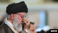 Le Guide suprême de l'Iran, l'ayatollah Ali Khamenei, dans un rituel religieux à Téhéran le 7 juillet 2015.