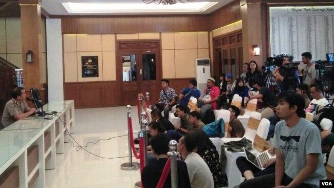 Media mengikuti penjelasan oleh Kabid Humas Polda Jawa Timur Kombes Pol Frans Barung Mangera di Surabaya, Selasa (15/5).