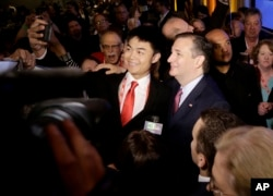 Ứng cử viên Đảng Cộng hòa Ted Cruz chụp hình với người ủng hộ sau khi phát biểu tại Đại hội Đảng Cộng hòa California 2016 ở Burlingame, bang California, ngày 30 tháng 4, 2016.