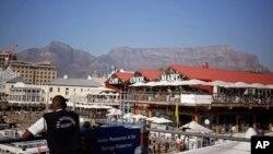 Nhân viên an ninh đứng gác tại khu vực nhà hàng và trung tâm mua sắm ở Cape Town, Nam Phi, ngày 7/6/2016.