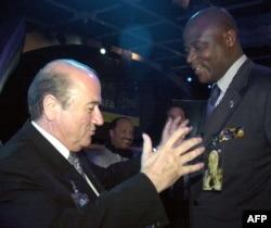 Le président de la Fecofa, Constant Omari, et l'ex-président de la FIFA, Sepp Blatter, Buenos Aires, Argentine, le 6 juillet 2001