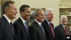 Tổng thống Hoa Kỳ Barack Obama chụp ảnh chung với các vị cựu tổng thống trong Phòng Bầu Dục, Tòa Bạch Ốc. Từ trái: Cựu TT Goerge H. W. Bush, Tổng thống Barack Obama, cựu TT George W. Bush, cựu TT Bill Clinton, cựu TT Jimmy Carter