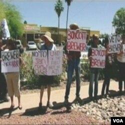 Na demonstracijama su brojni pozivi na bojkot Arizone zbog njenog novog imigracijskog zakona