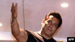 Salman Khan, acteur indien de Bollywood, salue ses fans chez lui à Bandra, à Bombay, le 7 avril 2018.
