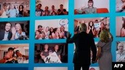 Joe Biden i njegova supruga Jill mašu pristalicama na virtualnoj konvenciji u Wilmingtonu u Delawareu, na kojoj je Biden prihvatio demokratsku nominaciju, 20. avgusta 2020.
