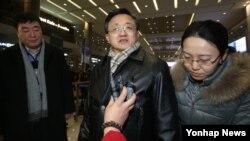 20일 인천국제공항을 통해 입국한 류전민 중국 외교부 부부장이 기자의 질문에 답하고 있다.