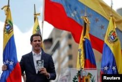 委内瑞拉议会主席、反对派领导人胡安·瓜伊多(Juan Guaido)在反对马杜罗的群众大会上手持宪法。