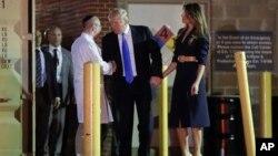 پرزیدنت ترامپ در حال گفتگو با پزشک بیمارستان واشنگتن درباره وضعیت آقای اسکالیس
