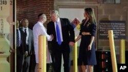 14일 도널드 트럼프 미국 대통령(가운데)과 부인 멜라니아 여사가 괴한의 총에 맞은 스티브 스컬리스 하원 공화당 원내총무가 입원한 워싱턴 메드스타 병원을 방문해 담당 의사와 대화하고 있다.