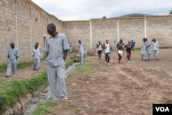 Prisoners exercise in the yard at Naivasha, a Kenyan maxium-security prison about 100 kilometers northwest of Nairobi, October 2014. (Gabe Joselow / VOA)