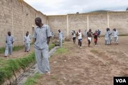 Prisoners exercise in the yard at Naivasha, a Kenyan maxium-security prison about 100 kilometers northwest of Nairobi, October 2014. (Gabe Joselow / VOA)