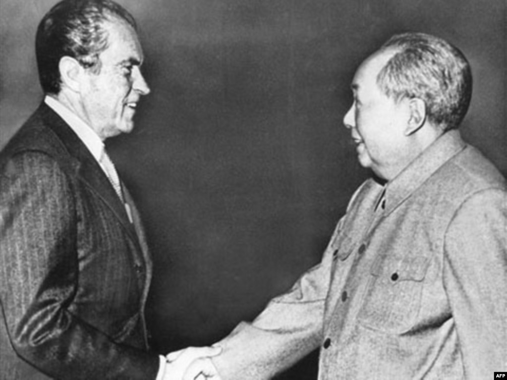 1972年2月21日,美國總統尼克松和中國領袖毛澤東在北京握手