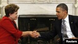 ປະທານາທິບໍດີ ສະຫະລັດ ທ່ານ Barack Obama ຈັບມືກັບ ປະທານາທິບໍດີບຣາຊີລ ທ່ານນາງ Dilma Rousseff ທີ່ຫ້ອງຮັບແຂກໃນທໍານຽບຂາວ ທີ່ກຸງວໍຊິງຕັນ ດີ.ຊີ ທີ 9 ເມສາ, 2012.