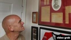 Ông Steve Woods bên di ảnh cha mình. Nhà chức trách báo tin đã tìm thấy hài cốt của ông sau gần 50 năm.