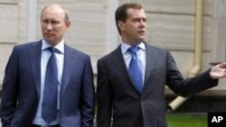 早擬職位對調的普京與梅德韋杰夫