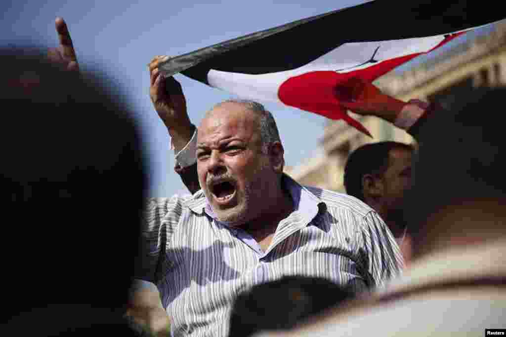 무함마드 무르시 대통령의 권한 강화 포고령에 반대하며 항의 시위를 벌이는 시민들