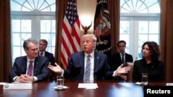 El presidente Donald Trump habla a los periodistas antes de iniciar una reunión con ejecutivos bancarios en la que se trató sobre un posible paquete de medidas económicas para hacer frente a la crisis.
